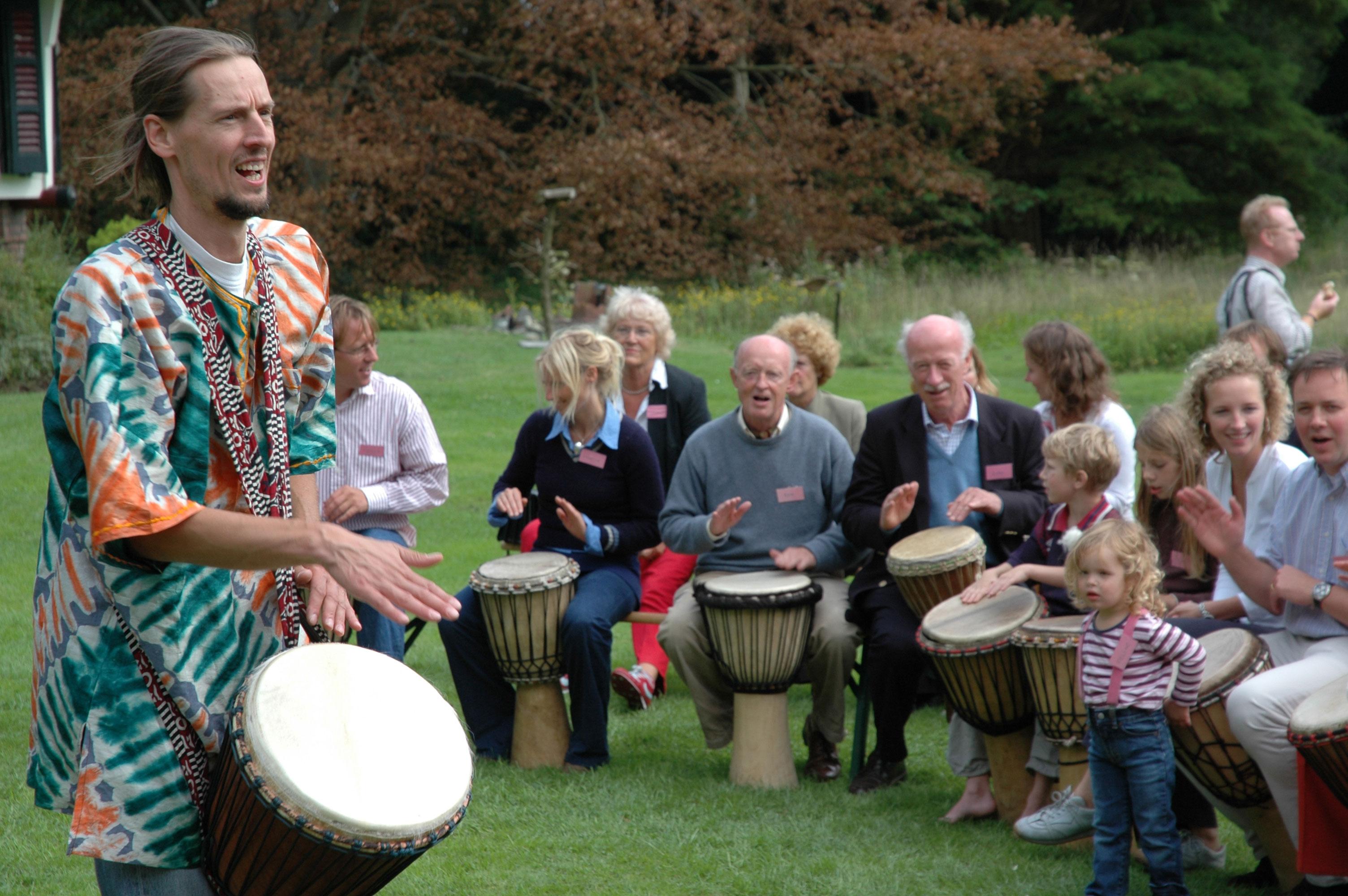 Percussie workshop Afrikaans trommelen: Powerjam tijdens familiefeest