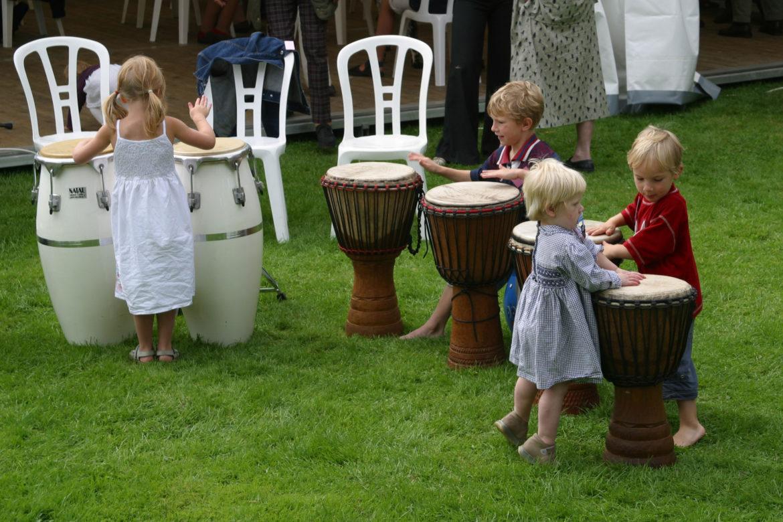 Tijdens de pauze trommelen de kleuters graag nog even door...