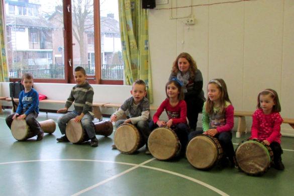 Op sommige basisscholen kunnen we fijn Afrikaans trommelen in de gymzaal.