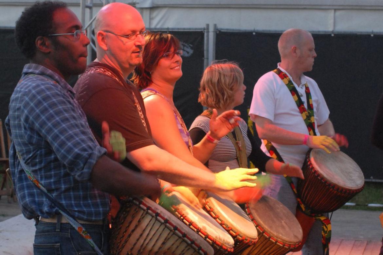 Trommelaars uit mijn lesgroep Djembé Djeli tijdens het Huntenpop festival.