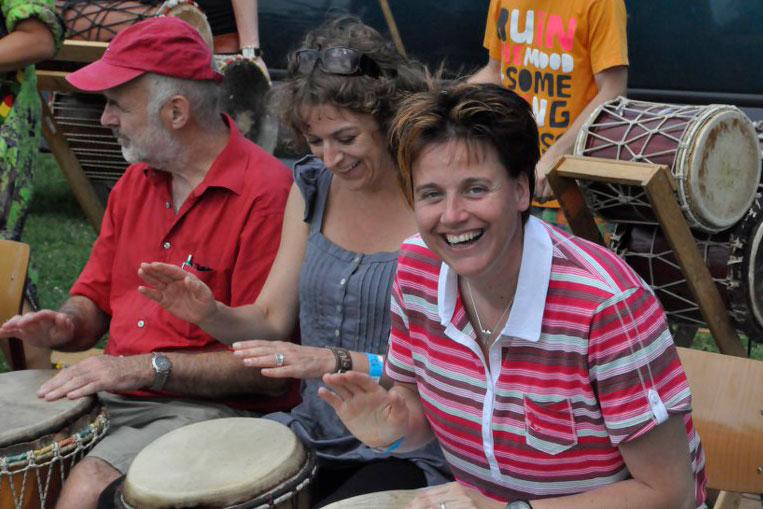 De docenten van de Marianumschool doen enthousiast mee aan de trommel workshop.