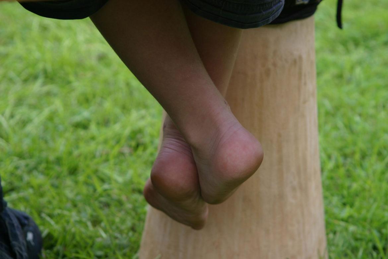 Sommige deelnemers zijn nog zo jong, dat ze niet met hun voetjes bij de vloer kunnen...