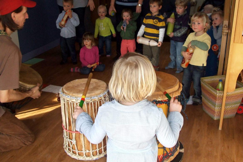 Percussie Karavaan: met trommel en stokken, bellen en shakers op een ritmische reis door de jungle