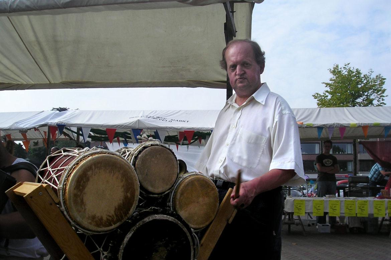 Een bezoeker van de Trommelkraam op de doun douns - soort Afrikaans drumstel.