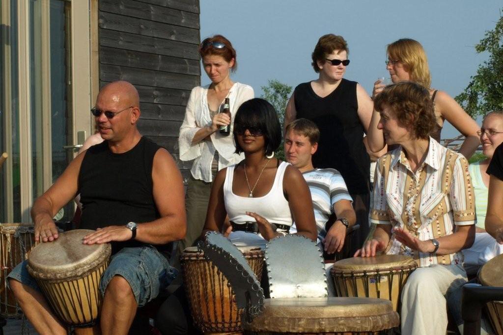 Het ideale personeelsuitje: percussie workshop aan zee.