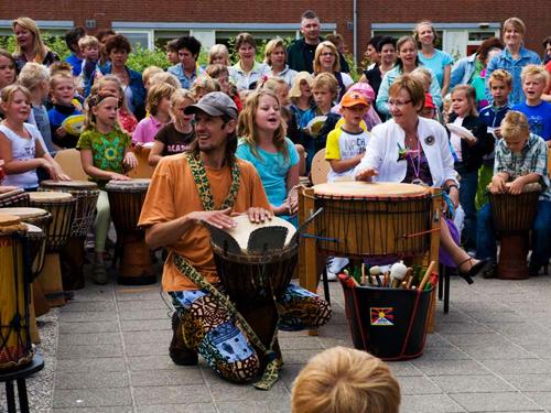 Coen van Vollenhoven - percussie workshop op een basisschool