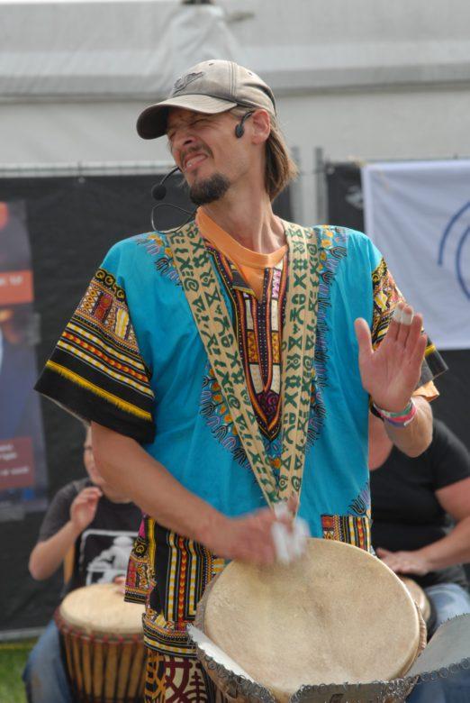 Coen van Vollenhoven geeft een percussie workshop Afrikaans trommelen tijdens het Huntenpop festival.