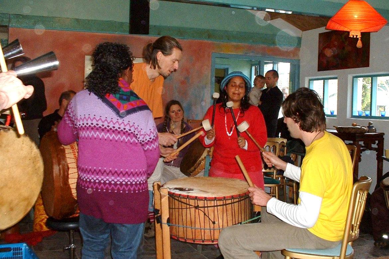 Kracht van de stokken - drummen op het ritme van de Indianen betekent loslaten en opladen, trance, spiritualiteit.