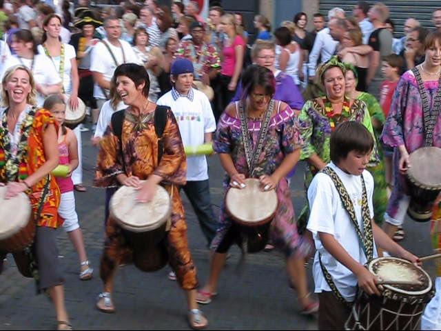 Afrikaans trommelen tijdens theaterfestival Buitengewoon: onweerstaanbaar swingend!
