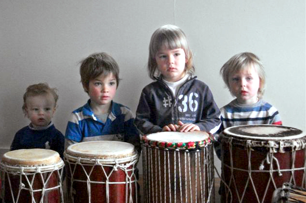 De kleintjes gaan helemaal op in het verhaal bij de ritmische reis in de Percussie Karavaan.